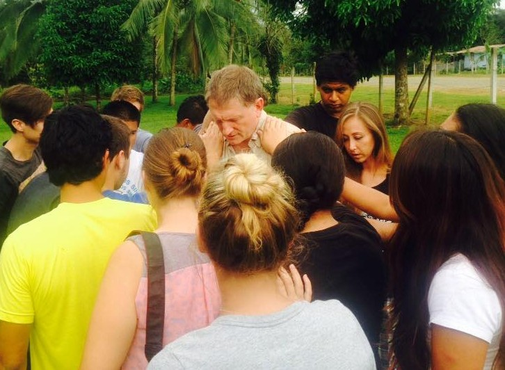Mark praying with students in Costa Rica (Vida 220)